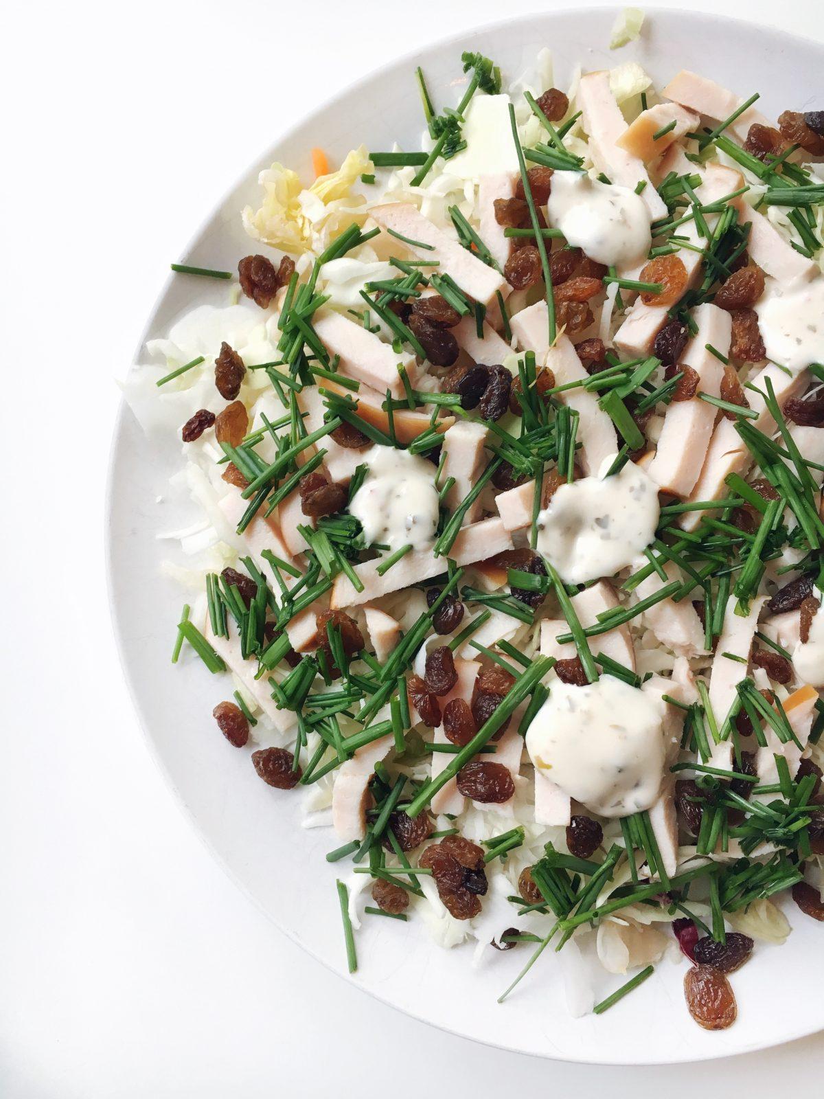 Recept: Maaltijd salade met gerookte kip en rozijnen
